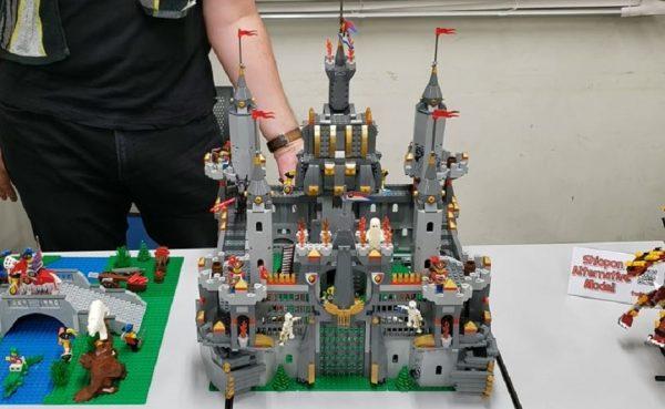 """レゴで「動くお城」を作ってみた! """"ロボアニメみ""""のあるコミカルな仕掛けがすごい"""