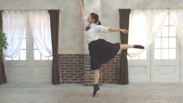 """制服少女が舞う""""清純バレエダンス""""! 揺れるポニテと時折見せるオトナの表情に「めっちゃ綺麗」「見惚れる」の声"""