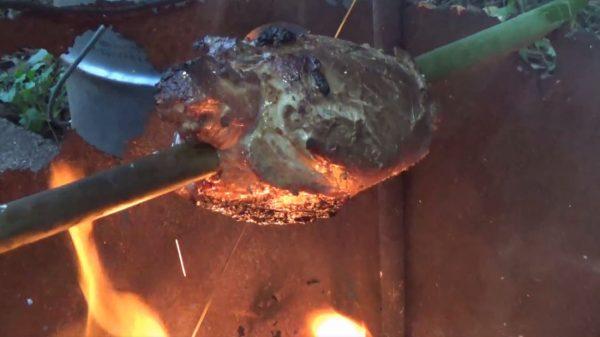 まるでマンガ肉! イノシシの肉塊を竹に刺し、たき火であぶって食らうキャンプ料理がマジ豪快