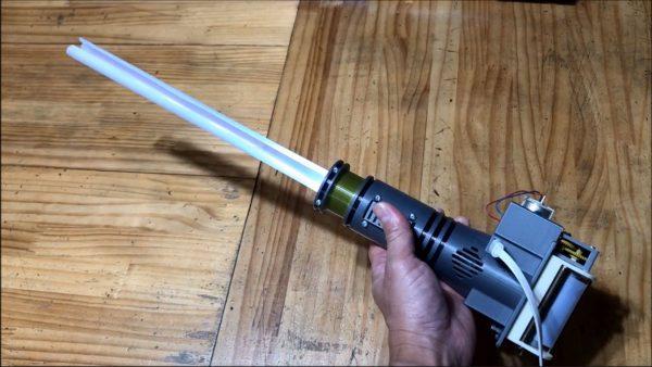 自作されたスター・ウォーズのライトセーバーがめちゃカッコいい! 8年かけてシュォーンと自動伸縮する機構を製作
