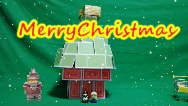 トランプタワーで「クリスマスツリー」を作ってみた。完成後のトラブルを助けにサンタも登場し、一緒にメリークリスマス!