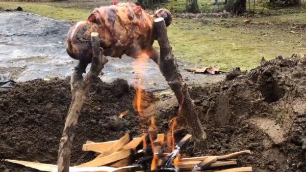 中までおいしいマンガ肉が完成! 薄切り肉を巻いて焼いてを繰り返し…ウルトラ上手に焼けました〜!