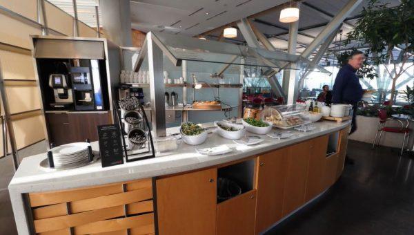 エア・カナダの「メープルリーフラウンジ」はこんな感じだった! 広々とした空間に焼きたてのピザまで並ぶ、贅沢空間を体験してみた