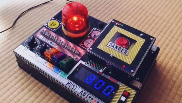"""""""ロボアニメ風""""の目覚まし時計を作ってみた…回転灯とアラーム音で危機を知らせ、カバー付きスイッチで出撃準備が完了する装置に「ロマンの塊」の声"""