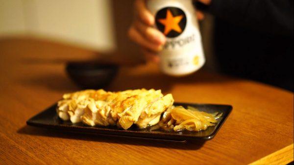 """ピリ辛タレ""""よだれ鶏""""の簡単レシピ! 2分の加熱でむね肉はしっとり… 調理に使った煮汁で雑炊まで作れる宅飲みの味方をご紹介"""