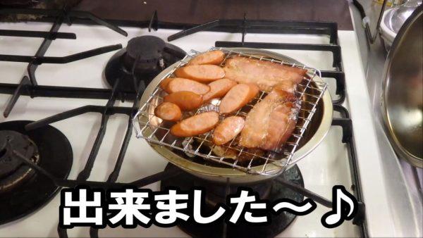 100均グッズで燻製鍋を作ってみた! ご家庭の台所で手軽にスモークする様子に「これはいいアイデア」「めちゃうまそう」の声