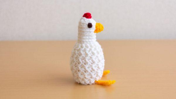 かぎ編みで作った「ニワトリ型のゆで卵保温カバー」がかわいい! ニワトリさんのお腹で温めた卵がお尻からプリッと出てくる仕様