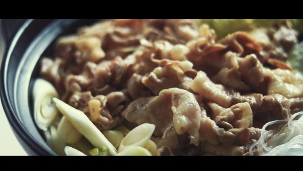 """""""笑っちゃうほどおいしい""""無限ごま油鍋のレシピを紹介! 豚肉&レタスの鍋に、ピリ辛タレが相性抜群"""