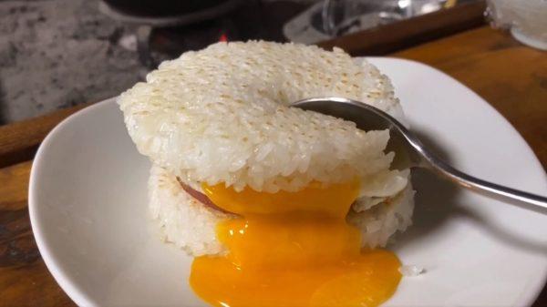 マクドナルドのごはんバーガーを再現!半熟目玉焼きの黄身がとろーっと流れ出る飯テロ映像に「やめて!その拷問は耐えられない!!」の声