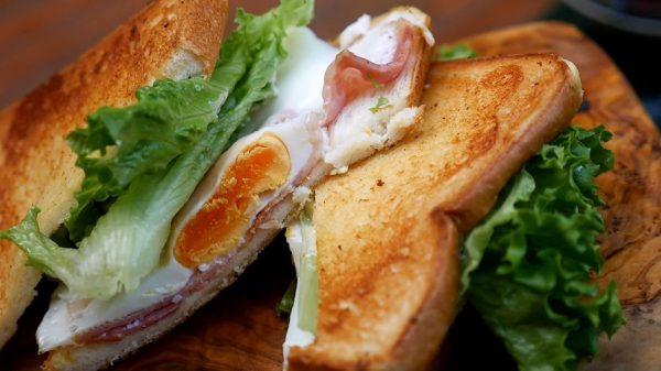 """ホットサンドメーカーで""""キャンプの締め""""の朝ごはん…ベーコンエッグのトーストサンドが完成し「めっちゃ憧れる」「彩りが綺麗」の声"""