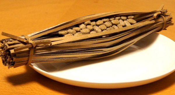 """藁に包まれた納豆を""""ダンボールで""""作ってみた! 豆の質感や形を見事に再現し「良い!」「水戸市に寄贈はよ」の声"""