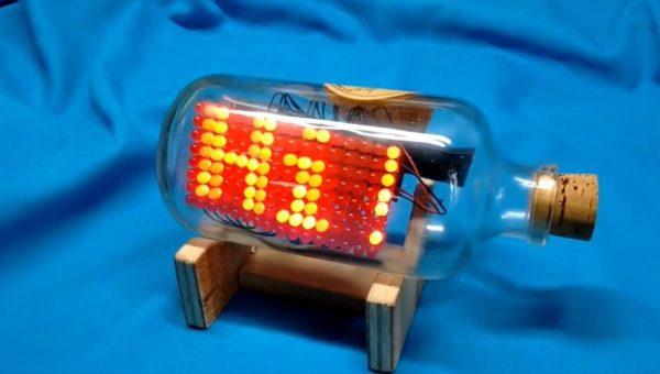 """ボトルシップのごとく""""瓶の中で""""電子回路を組んでみた! 「Hi!」「SOS」などの文字を表示するボトルが完成し「かっちょえぇ」「SFだSF」の声"""