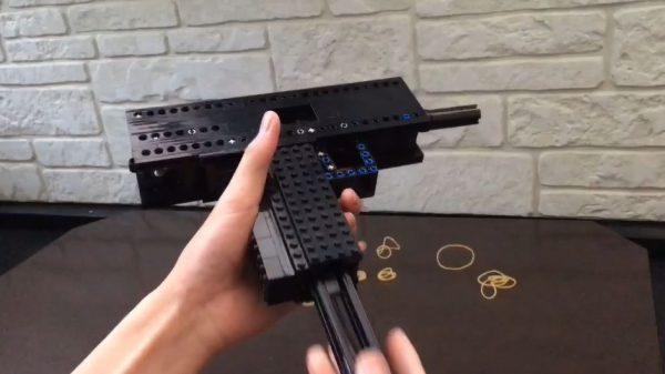 """レゴでUZI風のサブマシンガンを作ってみた! フルオート式の""""輪ゴム銃""""、本気度高すぎる件"""