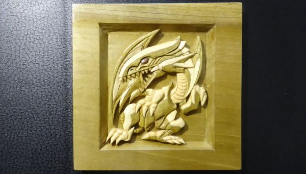 『遊☆戯☆王』ブルーアイズ・ホワイト・ドラゴンを彫ってみた! 木を組み合わせた装飾工芸作品に「かっちょええ」「ふつくしい」の声