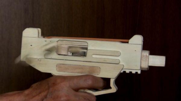 ブローバックする木製「輪ゴム銃」を作ってみた…排莢機能付き、シングルとオートの切り替えも可能な本格銃に驚きが止まらない!
