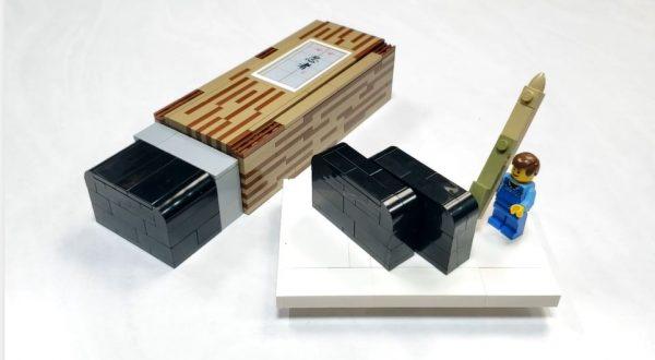 """レゴで「羊羹」を作った猛者現る… パッケージの模様や添えられた竹の黒文字も見事な""""和菓子""""は思わず手を伸ばしたくなる完成度!"""