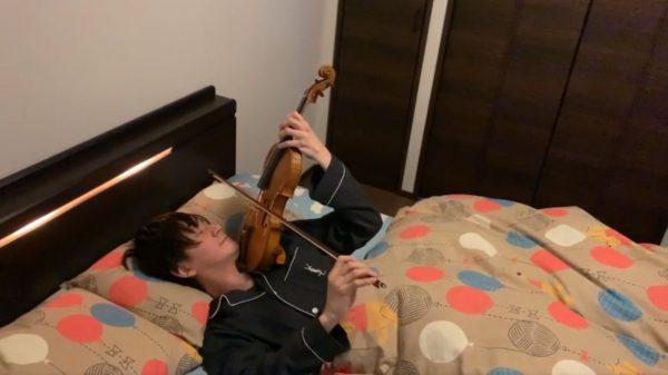 寝ながら『誰も寝てはならぬ』を演奏するバイオリン奏者現る! 荒川静香が金メダルを獲得したあの名曲をプーさんの布団に入って熱演