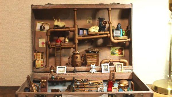 """ペストマスクや魔法の杖… ちょっと""""不思議な品物""""も並ぶミニチュア・アンティークショップが開店! トランクの中に作られたお店へ「可愛い!」の声"""