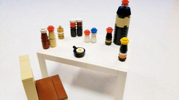 """「目玉焼きに何かける?」な食卓をレゴで作ってみた! ブロックの""""絶妙な組み合わせ""""で各種調味料を表現し「それっぽいなw」の声"""