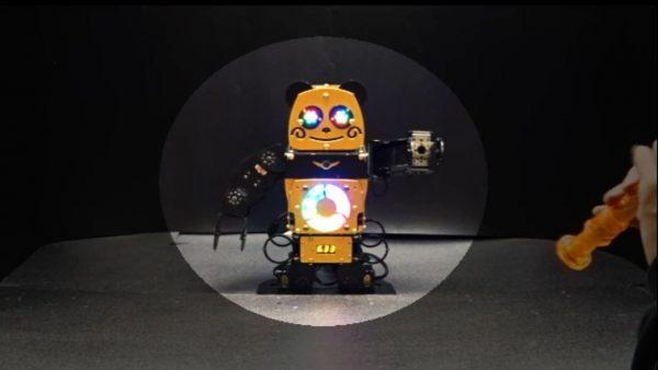 """笛で操る""""パンダ型ロボット""""を作ってみた! きらきら星に合わせてご機嫌に腕をフリフリする姿が愛らしい"""