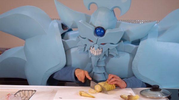 『遊戯王』オベリスクの巨神兵のコスプレでチンジャオロースを作ってみた⁉ 摩訶不思議な光景に「どこで止めてもおもろいw」の声