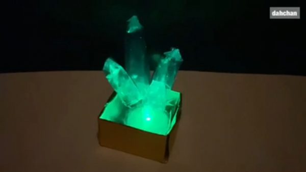 材料すべて100均で「クリスタル」を作ってみた…洞窟にはえてそうな美しい結晶がLEDでほんのり輝く!
