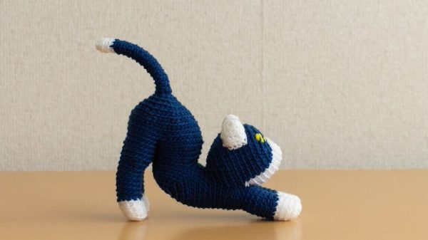 """「伸びをする猫」のあみぐるみが完成! 10年かけて実現した""""曲線美""""に「かわいい」「猫っぽい形ですごい好き」の声"""
