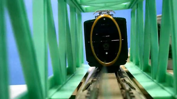 カプセルプラレールの叡山電車「ひえい」をNゲージ化…様々なアングルから撮影された走行に「かわいい」「やっぱかっこいい」の声