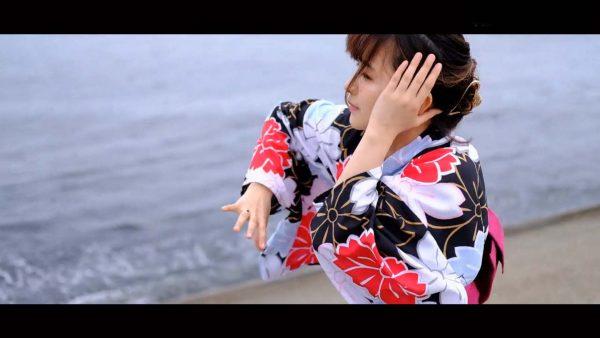 浴衣姿の踊り手が夏の海をバックに華麗に舞う! 胸が締め付けられそうな光景に「世界よ、これがニッポンの浴衣おねえさんだ」