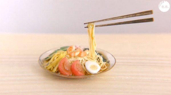 """「冷やし中華」のミニチュアを作ってみた! 指先サイズながら""""お箸が宙に浮いた""""食品サンプルみたいな作品に「細かい」「やばやばやば」の声"""