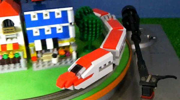 """ダイソーのプチブロックを""""Nゲージ化""""…E6系新幹線「こまち」がレゴブロックの街並みを違和感なく駆け抜ける!"""
