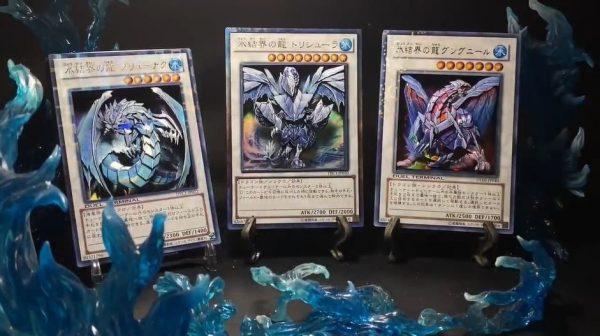"""遊戯王カード「氷結界の三龍」を""""光り輝く""""立体に…シャドーボックスの技法で枠まで美しい作品が完成!"""