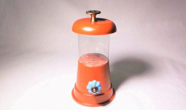 """ハロウィンにぴったりの「キャンディポット」を""""100均材料で""""作ってみた! 材料を接着するとランタンみたいに完成し「すごいかわいい」声"""