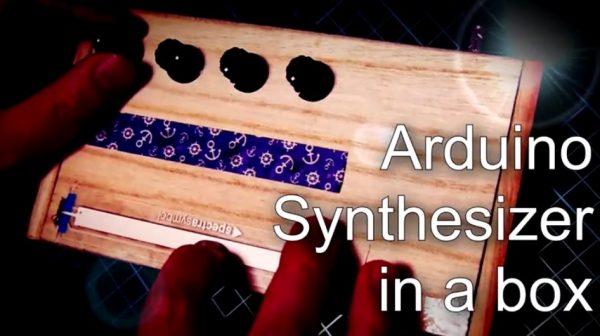 """100均の木箱に色々詰め込んで「シンセサイザー」作ってみた! """"謎の機械""""によるカッコイイ音色へ「凄すぎわろた」「弾きこなしてる」の声"""