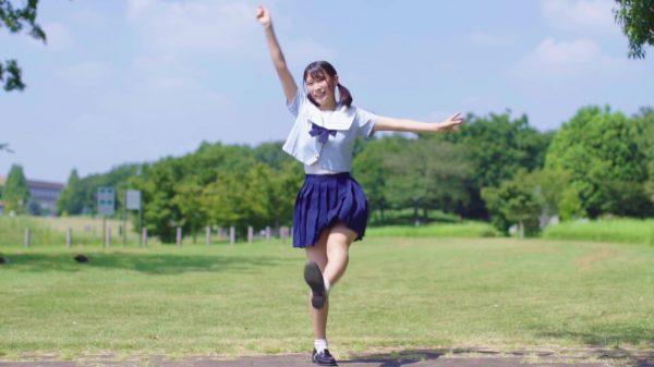 セーラー服と天使スマイルから目が離せない! 青空の下で元気いっぱい踊る美少女に「元気もらえた!」「青春だー!」の声