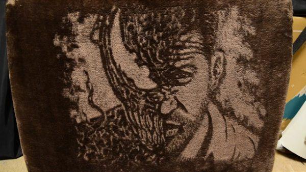 これぞブランケットアート! 『MARVEL』ヴェノムをふとんの毛布に描いてみた⁉