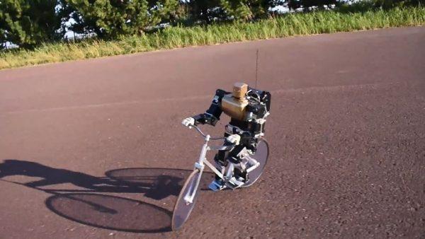 自転車を乗り回すロボット…だと? ペダルを漕ぎ、バランスを取って走る姿に「凄い!」「動きが自然」の声