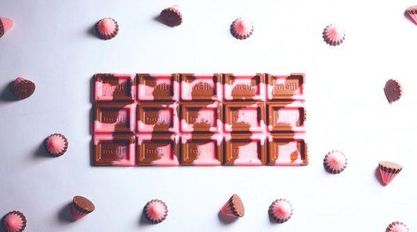 """三角型の「アポロ」からイチゴとミルクの""""板チョコ""""が爆誕! 溶かしてトントンするだけのアイデアレシピに「かわいい」「洒落てる」と称賛の声"""