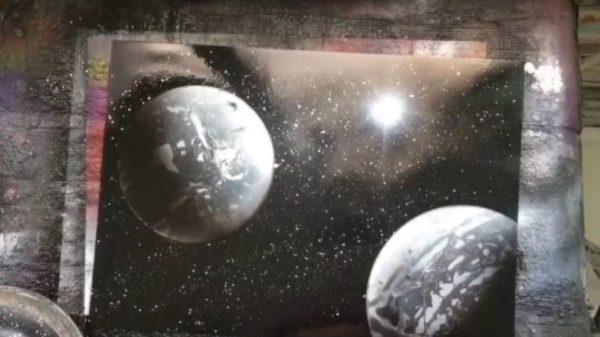 """100均アイテムではじめる「スプレーアート」…白黒2色のスプレー缶で""""星が輝く宇宙""""を描き「綺麗」の声"""