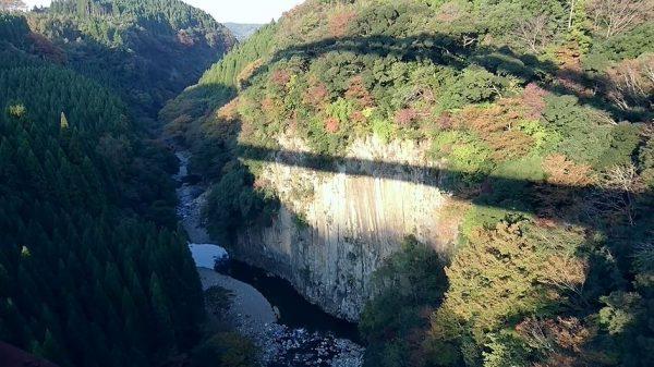 ドローンが捉えた秋色の渓谷… 岩壁の柱状節理と澄み渡る清流に「空飛んでるみたい!」「いきなり美しい!」の歓声