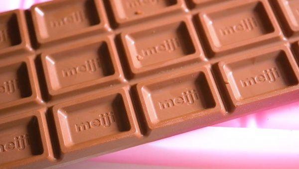 """ロッテ「ガーナ」から""""明治のチョコ""""を錬成! 板チョコから板チョコを作る魔改造に「明治維新」「クレイジーダイヤモンド」の声"""
