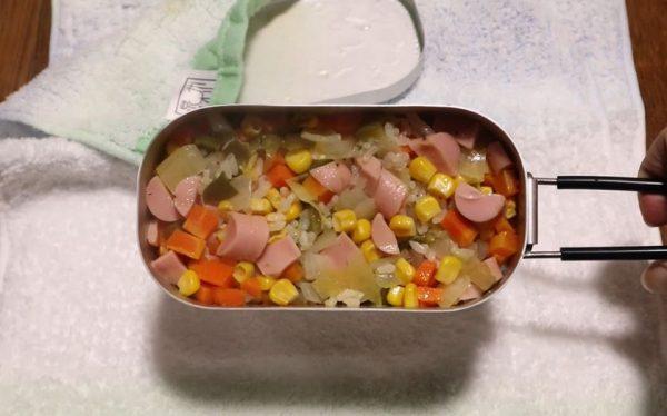 「ダイソーメスティン」でピラフを自動炊飯! ホカホカと湯気が上がるピラフを食べる様子に「うまそう」「やってみたい」の声