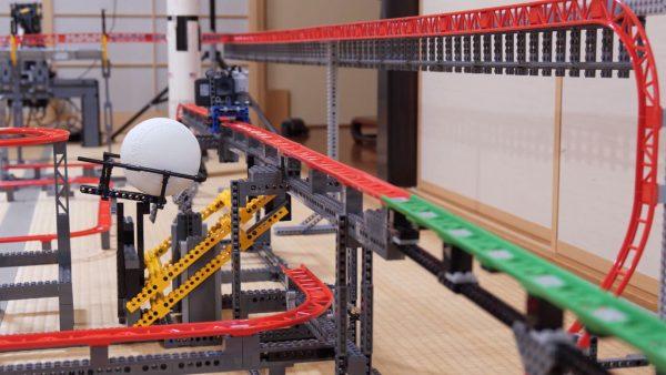 レゴで全長68メートルのジェットコースターを作ってみた! 家中に張り巡らせれたコースに「ながーい」「お家紹介になってるw」の声