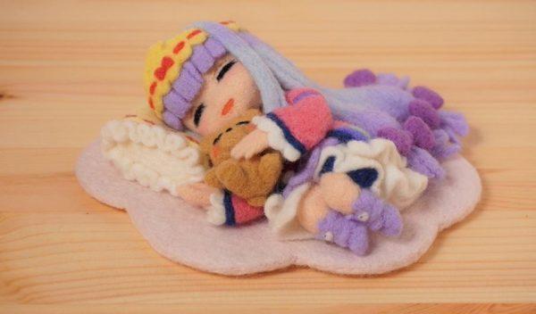 『魔王城でおやすみ』スヤリス姫を羊毛フェルトで作ってみた! でびあくまと気持ち良さそうに眠る姿に「良い笑顔」「かわいい」の声