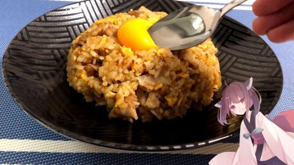 ニンニクソースのとろとろ系炒飯が超絶うまそう! ウスターベースの甘い飯に卵黄をのせた夜食にしたらヤバい飯レシピを紹介