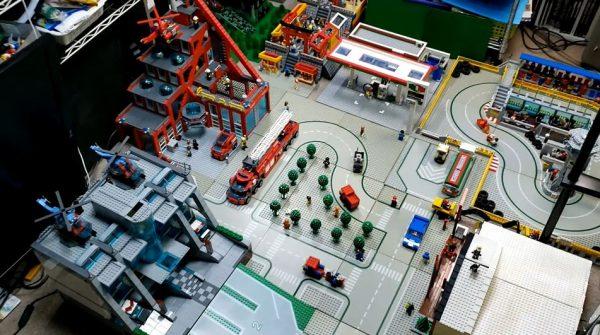 昨年1年間で作ったレゴを集めて「街」にしてみた! 部屋を埋め尽くすレゴの建物に「パネルいっぱい!」「良き」の声