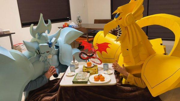 """『遊☆戯☆王』の三幻神がコタツで""""焼きミカン""""を食す! お茶と共に味わう神々の姿に「老神ホーム感あるな」「マジでシュールだわw」の声"""