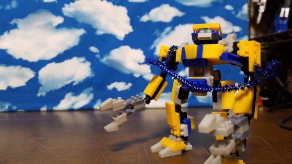 ダイソーのプチブロック製のロボットでコマ撮りしてみた! それっぽすぎる出撃&戦闘シーンに「すげーあのおもちゃでここまで作れるんだ」の声