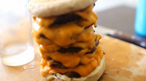 重ねられし罪…チーズとパティを積み上げた「タワーバーガー」のカロリー爆弾っぷりに「うわーうまそう」「やりやがったぜ」の声