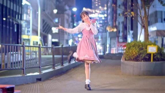 ピンクが似合いすぎるガチ美少女が心を込めて踊ります! 夜の街並みをバックに舞う姿に「最高、感動した」「衣装メチャお似合いで可愛い」の声